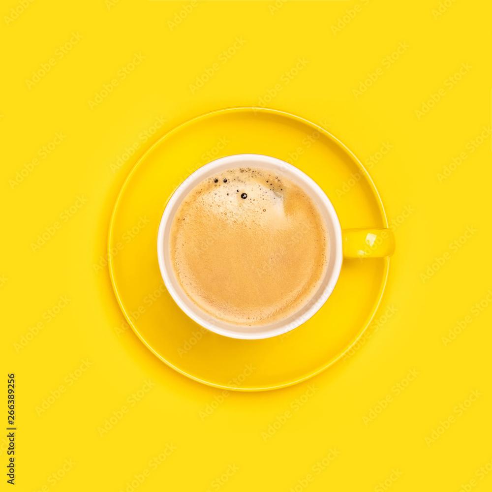 Żółty kubek kawy na żółtym tle, mieszkanie położyć