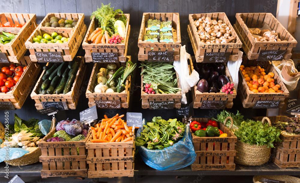 warzywa i owoce w wiklinowych koszach w warzywnym