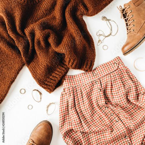 Moda patrzymy skład z brązowym sweter, buty, spódnica na białym tle. Mieszkanie świeckich, widok z góry.