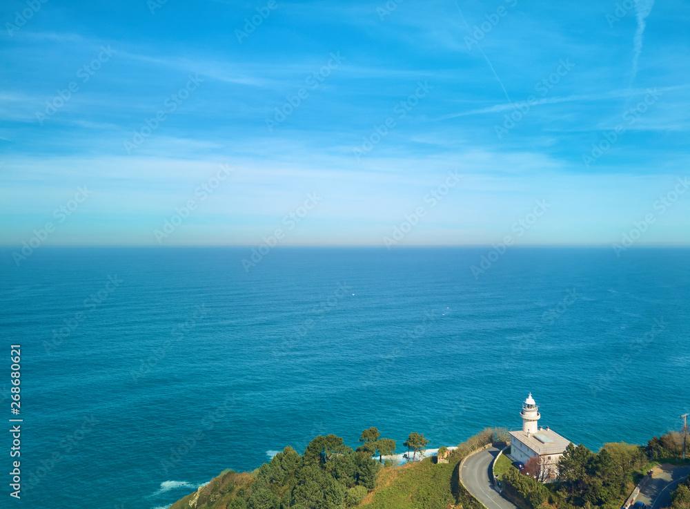 Powietrznych widok na Кантабрийское morze i Latarnię morską w San Sebastian z góry Игуэльдо, Sebastian