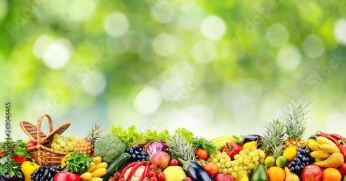 Owoce, warzywa, owoce na zielonym naturalne tło zamazane pole.