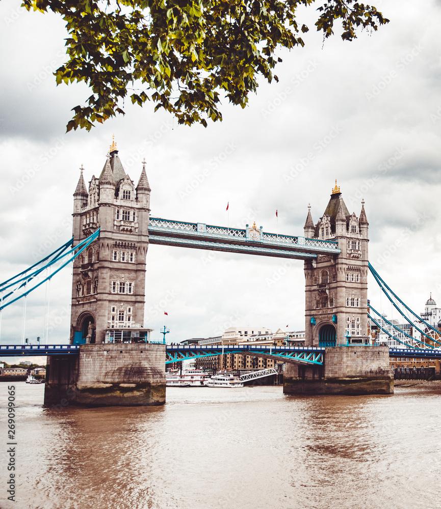 Tower bridge atrakcje w Londynie w pochmurny dzień wiosny
