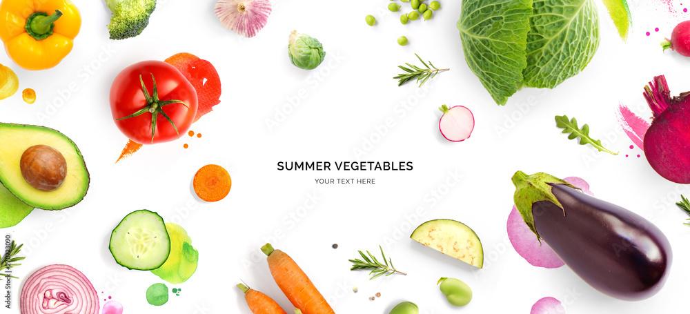 Kreatywny układ, wykonany z pomidor, ogórek, papryka, cebula, marchew, buraki, bakłażan, kapusta, czosnek, brokuły i zielony groszek na czarne tło. Mieszkanie położyć. Koncepcja zasilania.