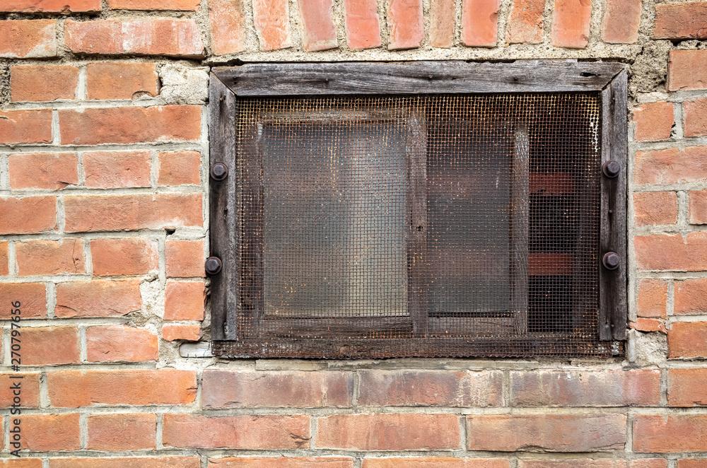 stare okno na czerwonej ścianie z cegły
