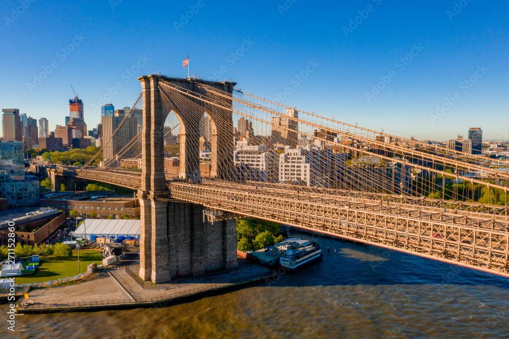 Brooklyn bridge w Nowym Jorku na świcie. Epicki zachód słońca nad Manhattanu.