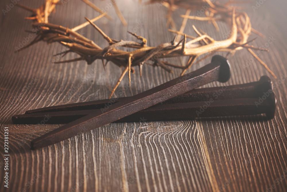 Znaki Ukrzyżowania Jezusa Chrystusa na drewnianym stole