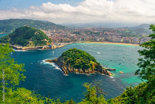 Widok na turkusowe zatoki San Sebastian lub Sebastian plaży La Concha, Kraj Basków, Hiszpania