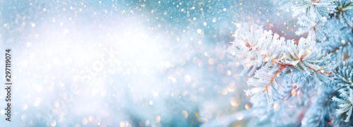 Świąteczne zimowe tło zamazane pole. Choinki śniegiem zdobi garland, światła, święto, świąteczny tło. Panoramiczny tło. Nowa zimowa art-design, szeroki święto ekranem granicy