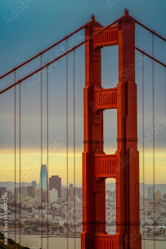 most Golden gate w San Francisco podczas wschodu słońca