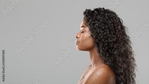 Profil portret piękne african american kobieta z długimi kręconymi włosami