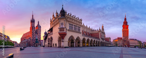 Panorama średniowiecznego rynku bazylika mariacka, Sukiennice i town hall tower na Starym mieście w Krakowie, o świcie, Polska