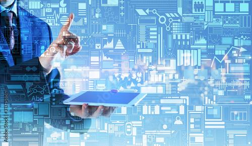 Biznesmen z komputera typu tablet, za pomocą wirtualnego ekranu na kolor tła. Koncepcja nowoczesnych technologii firmy