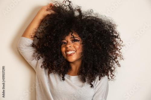 Piękno portret african american kobieta z afro fryzura i makijaż glamour. Kobieta brazylijski. Mieszanej rasy. Kręcone włosy. Styl włosów. Białym tle.