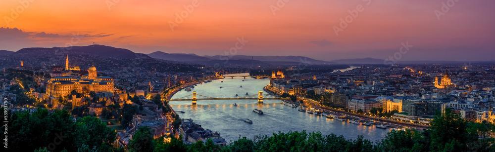Panoramiczny widok na Budapeszt na zachodzie słońca