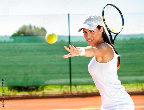 Kobieta gra w tenisa