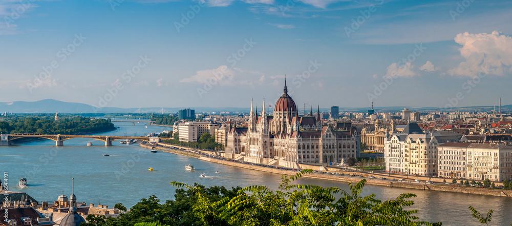 Panoramiczny widok na parlament, Dunaj w Budapeszcie