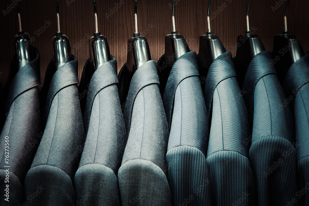 Wiersze garnitur kurtki na wieszakach