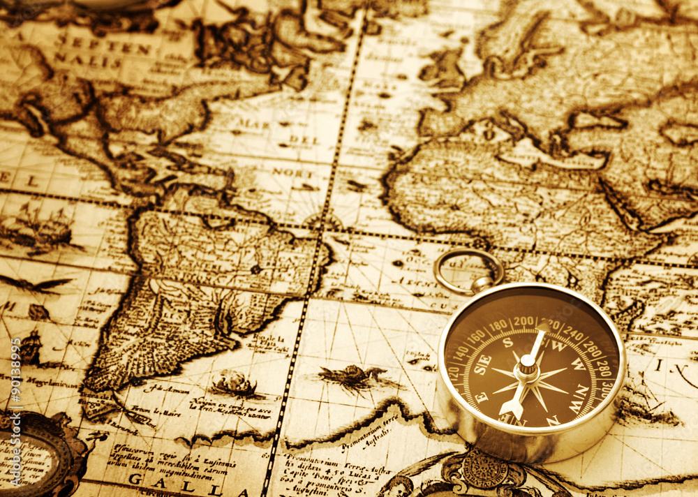 Kompas na vintage mapie