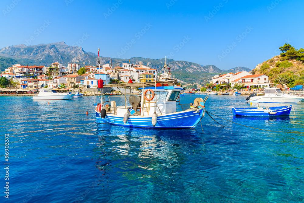 Typowy niebieski i biały kolor łodzi rybackich w porcie Kokkari, wyspa Samos, Grecja