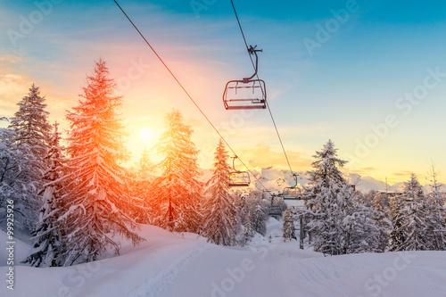 Zachód słońca w zimowy krajobraz w górach Alpy julijskie