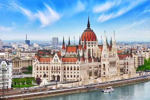 Węgierski parlament w ciągu dnia. Budapeszt. Widok od starego Fisherm