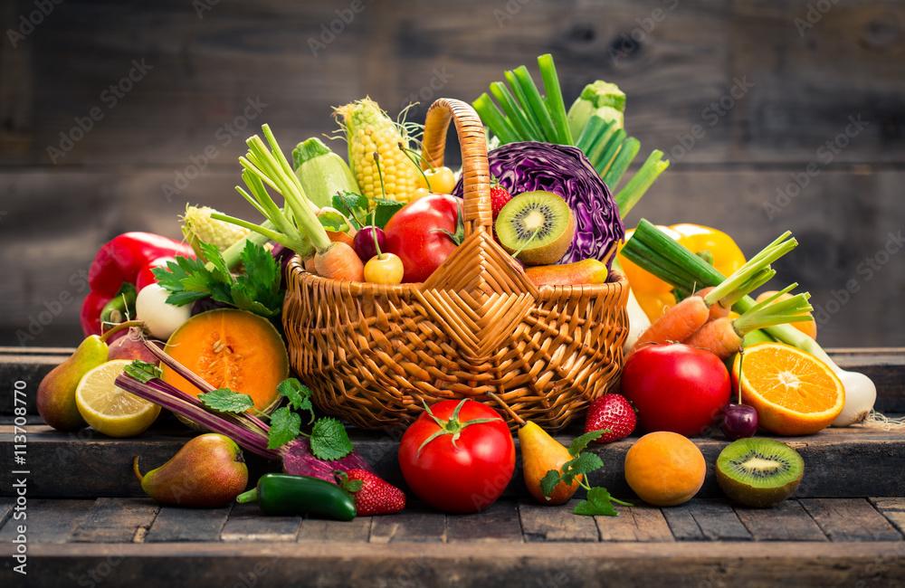 Świeże owoce i warzywa w koszyku