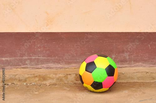 Stary kolorowy piłka nożna na grunge cementowa podłoga