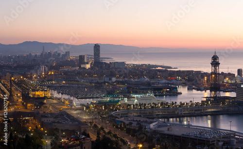 Panoramiczny widok na port Vell i La Barceloneta. Barcelo