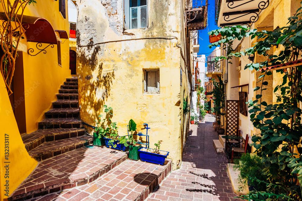 Autentyczne wąskie kolorowe śródziemnomorskie ulica w mieście Krety Chania, Kreta, Grecja