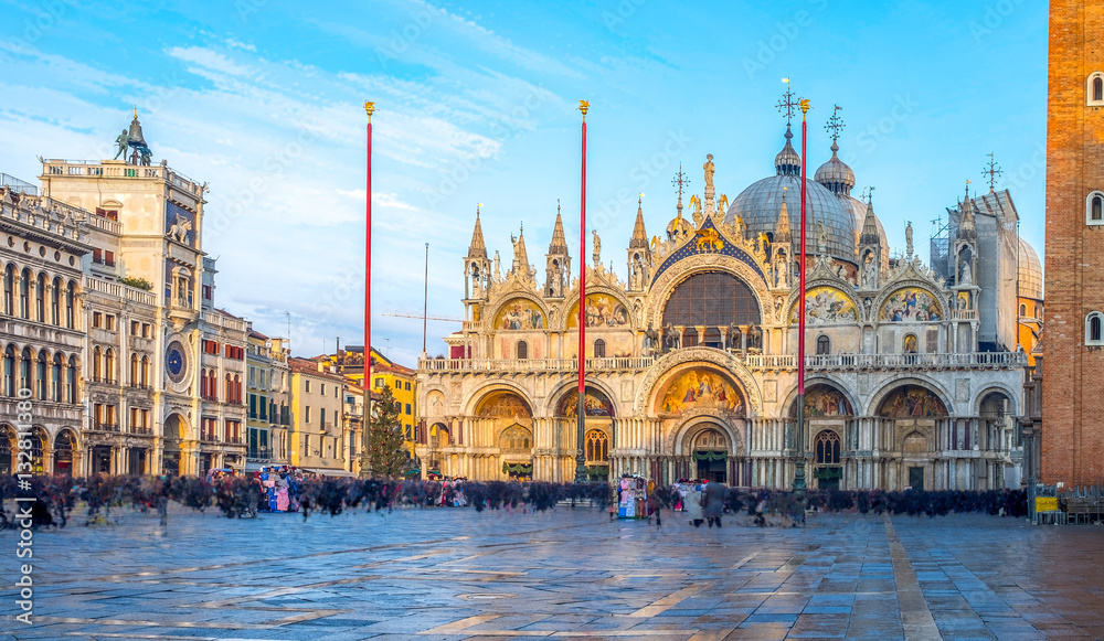Piazza San Marco z dzwonnicy i katedry San Marco. Na głównym placu starego miasta. Wenecja, Wenecja Euganejska, Włochy.