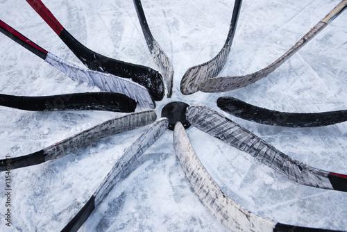 drużyna hokejowa umieścić kije wokół podkładki