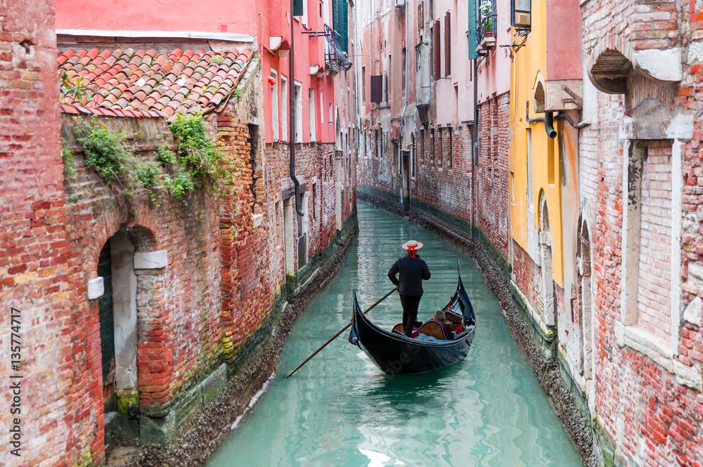 Wenecki gondolier pływanie gondolą przez kanał zielony wodach Wenecji, Włochy