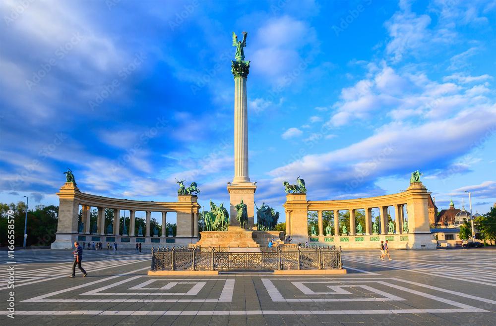 Pomnik tysiąclecia na placu Bohaterów. Niewyraźne nie do poznania twarze ludzi. Jest to jedna z najczęściej odwiedzanych atrakcji w Budapeszcie placów w Budapeszcie, Węgry.