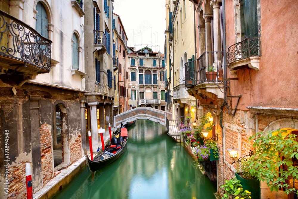 Tradycyjny kanał street z gondolą w Wenecji, Włochy