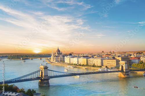 Piękny widok na budynek parlamentu węgierskiego i most łańcuchowy w Budapeszcie, Węgry