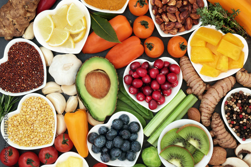 Zdrowa dieta dla fitness koncepcja z owoce, warzywa, rośliny strączkowe, zioła, przyprawy, orzechy, zboża i rośliny strączkowe. Dużą ilość antocyjanów, przeciwutleniaczy, inteligentny węglowodany, kwasy tłuszczowe Omega-3, minerały i witaminy.