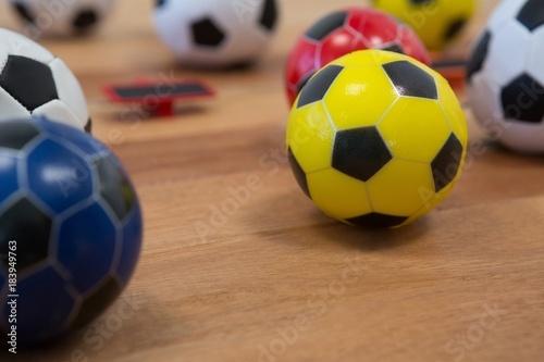 Różne piłki na drewnianym stole