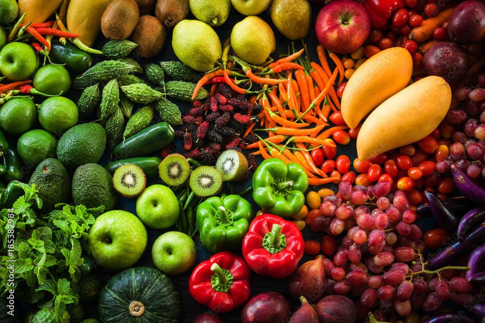 Różne świeże owoce i warzywa organiczne, do zdrowego odżywiania i diety