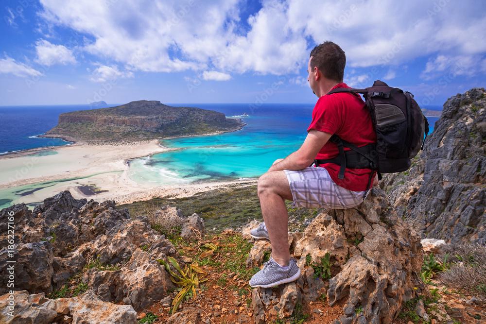 Człowiek z oglądaniem plecak piękna plaża Balos na Krecie, Grecja
