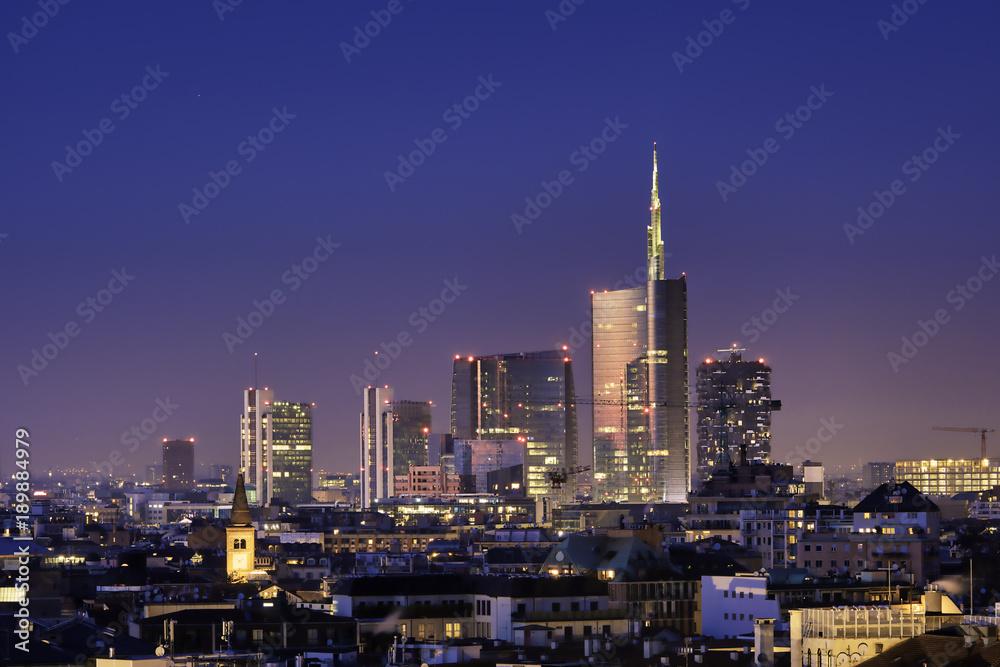 Krajobraz nocny Mediolan, nowe wieżowce z kolorowymi światłami. Włoski krajobraz panorama.