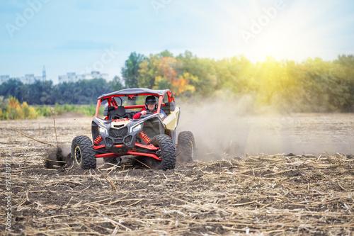 Mężczyzna za kierownicą pojazdu jechał na pole w