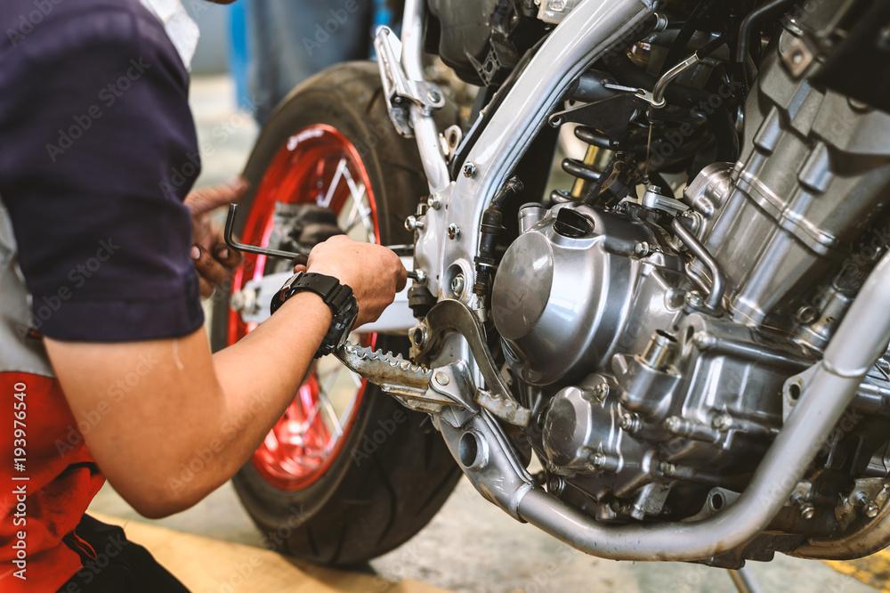 motocykl remont silnika z miękkiego ostrości i światła w tle