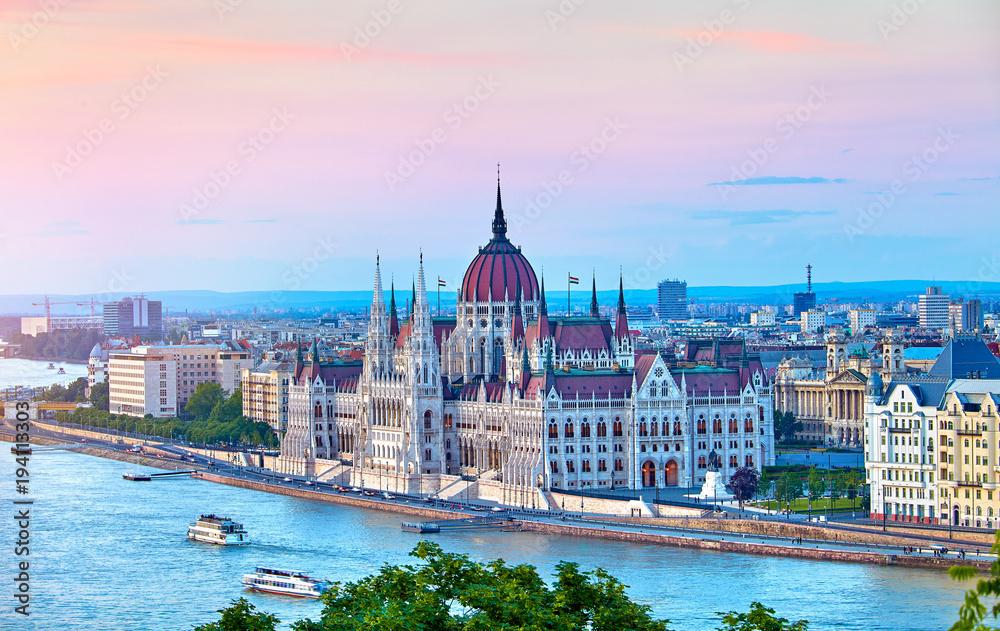Panorama z budynku węgierskiego parlamentu nad brzegiem Dunaju