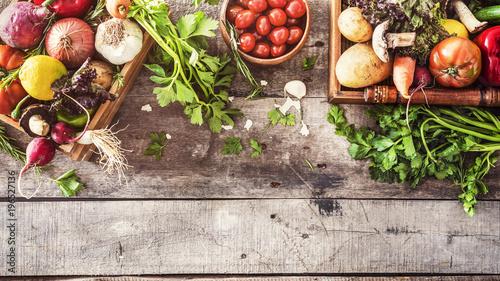 Organiczne, warzywa, zdrowy styl odżywiania na tle drewniane