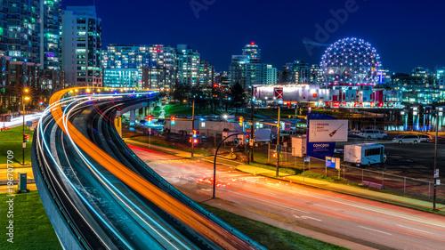 Długich ekspozycji w centrum miasta Vancouver, Kolumbia Brytyjska, Kanada. Jeden z najbardziej tętniących życiem miast w Ameryce Północnej. Niebo pociąg oświetla szlak, gwiazdy i błyszczy.