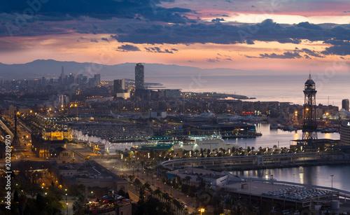 Panoramiczny widok na port Vell i La Barceloneta. Barcelona, Hiszpania