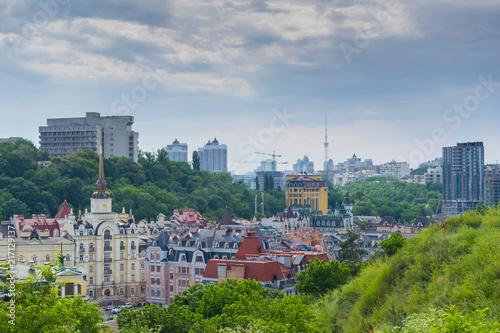 Kijów / Ukraina-17 czerwca 2018: Widok na miasto z domami i budynkami.