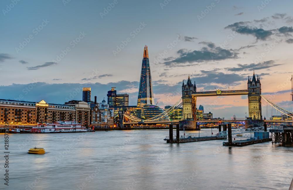 Sylwetka Londyn z mostu wieżowca