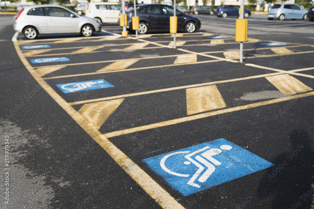 Oznakowanie na parkingu dla niepełnosprawnych