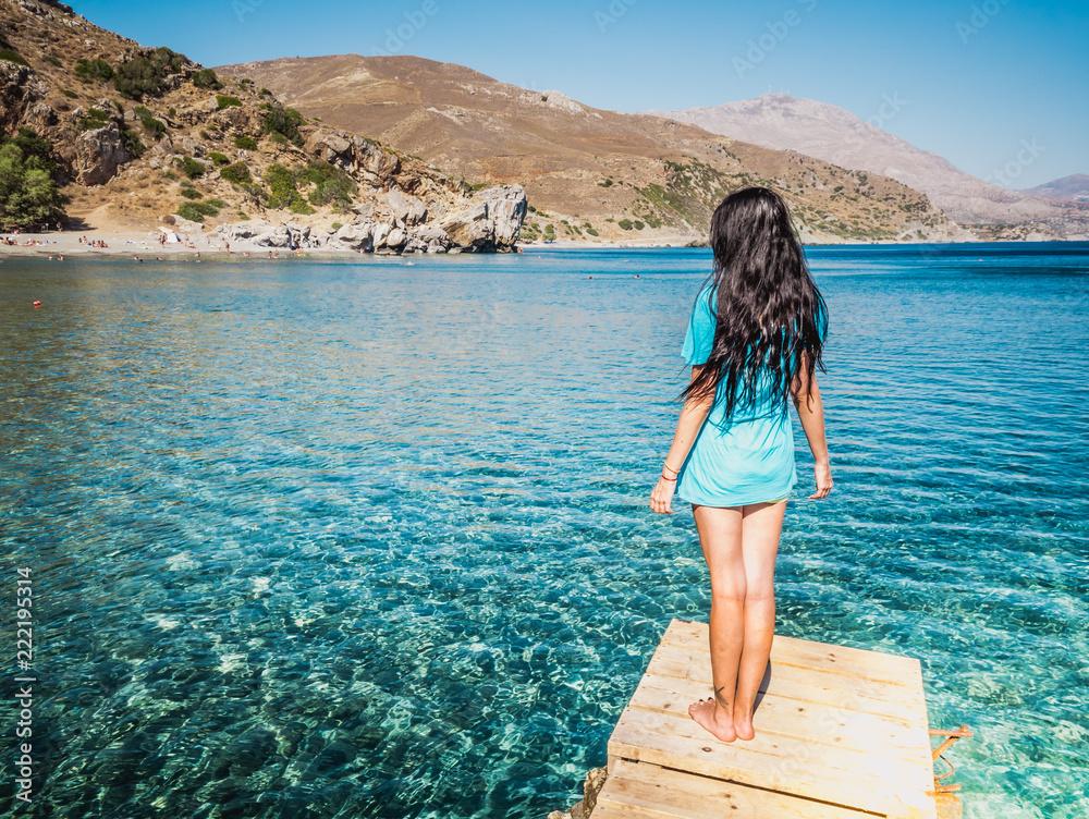 Młoda, piękna dziewczyna brunetka na molo plaża Preveli (Palm Beach), Preveli, Kreta (Grecja)